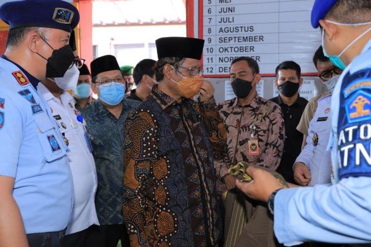 Menteri Koordinator Bidang Politik, Hukum dan Keamanan Mahfud MD saat berkunjung ke Lapas Kelas IIB Pasuruan, Minggu. (Antara Jatim/Kanwiljumham Jatkm/IS)