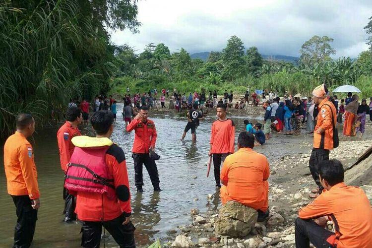 Tim gabungan SAR saat mencari satu dari anak kembar yang terseret arus Sungai Lamekongga di Kabupaten Kolaka.
