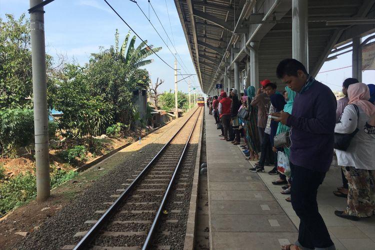 Pengoperasian hari pertama, para penumpang antusias ingin menjajal KRL yang sudah diperpanjang hingga Cikarang, di Stasiun Cibitung, Minggu (8/10/2017).