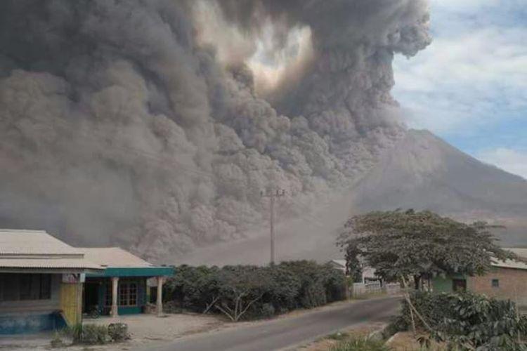Gunung Sinabung di Kabupaten Karo, Sumatera Utara, melontarkan abu setinggi 4,2 kilometer dan meluncurkan awan panas sejauh 4,5 kilometer ke arah tenggara dan timur, Rabu (2/8/2017) sekitar pukul 10.00 WIB.