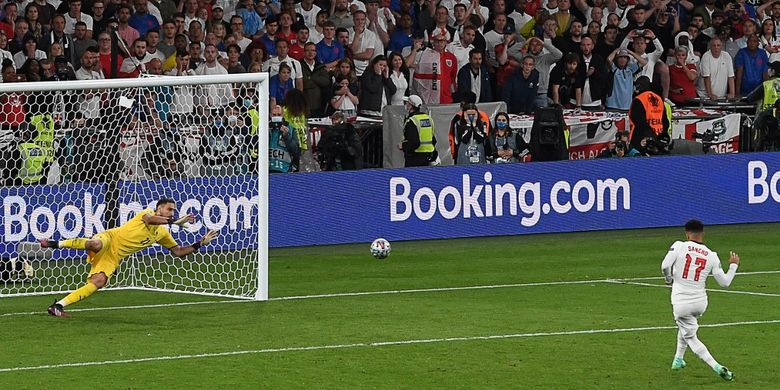 Jadon Sancho gagal mengeksekusi penalti pada laga final Euro 2020 Italia vs Inggris di Stadion Wembley, London, Inggris, 11 Juli 2021. Sepakannya ditepis Gianluigi Donnarumma.