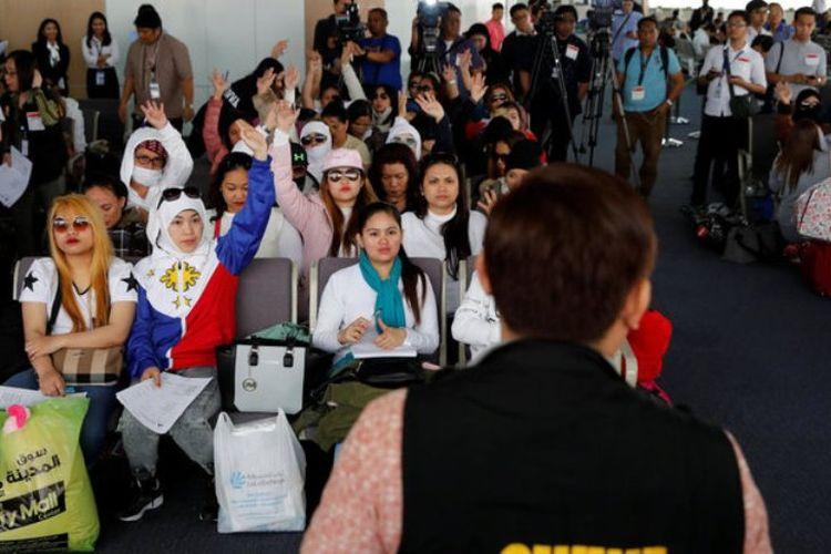 Tenaga kerja Filipina yang dipulangkan dari Kuwait mengikuti dialog dengan Departemen Tenaga Kerja setibanya di bandara internasional Ninoy Aquino di Manila.