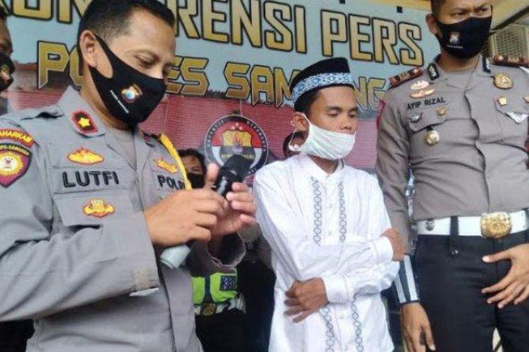 Abdulloh (tengah) saat berada di Mapolres Sampang, Senin (13/7/2020).