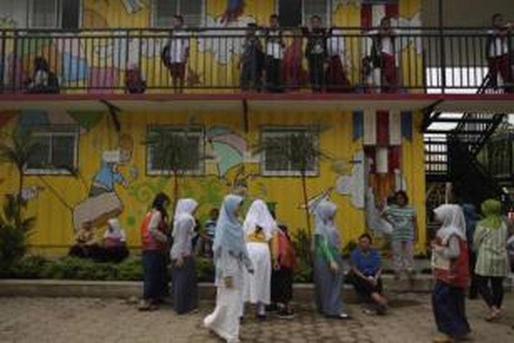Murid SD di Sekolah Masjid Terminal (Master), Depok, Jawa Barat, Senin (15/7/2013). Sekolah bagi anak-anak jalanan ini rencananya akan digusur untuk pengembangan terminal dan mal.