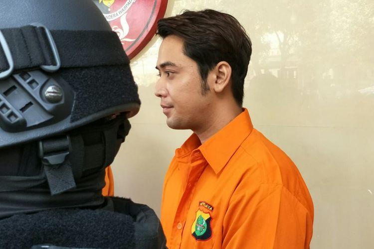 Artis peran Kriss Hatta mengenakan baju tahanan saat rilis di Polda Metro Jaya, Semanggi, Jakarta Selatan, Rabu (24/7/2019). Kriss ditangkap karena kasus penganiayaan.