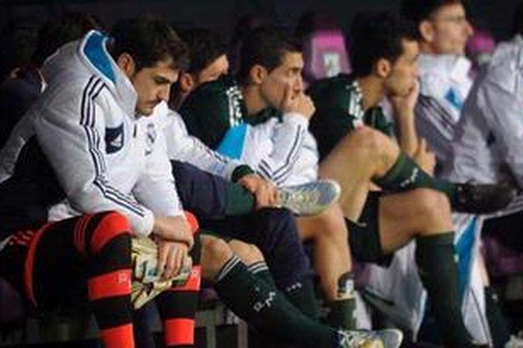 Kiper utama Real Madrid, Iker Casillas (kiri), masuk barisan cadangan pada laga Liga BBVA melawan Malaga, di La Rosaleda, Sabtu (22/12/2012).