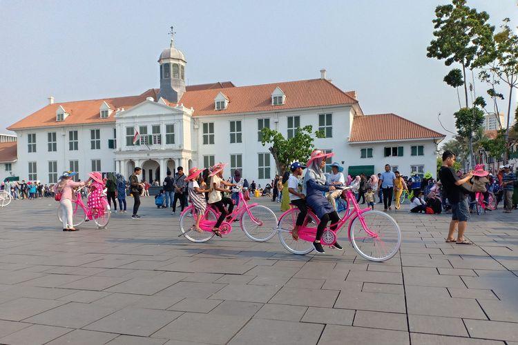 Sekelompok pengunjung bermain sepeda onthel di sekeliling Taman Fatahilah, Kota Tua, Jakarta