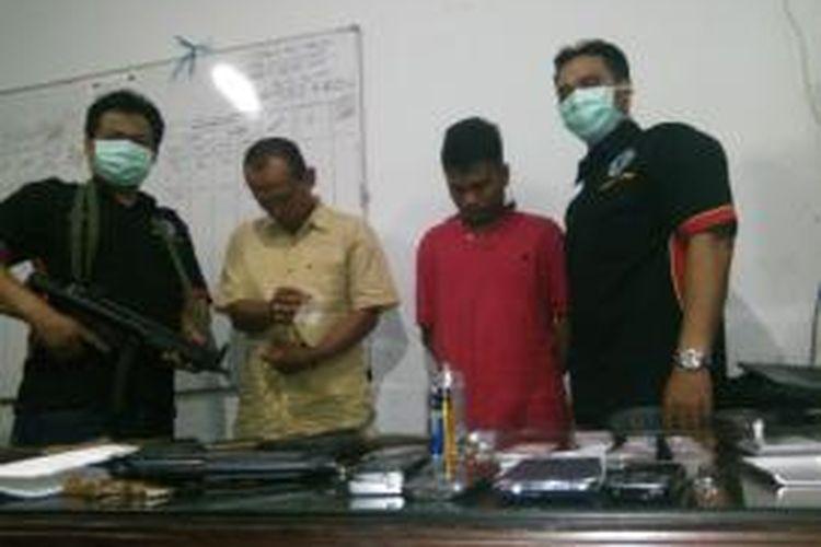 Barang bukti dan penjaga rumah narkoba di Bangkalan diamankan.