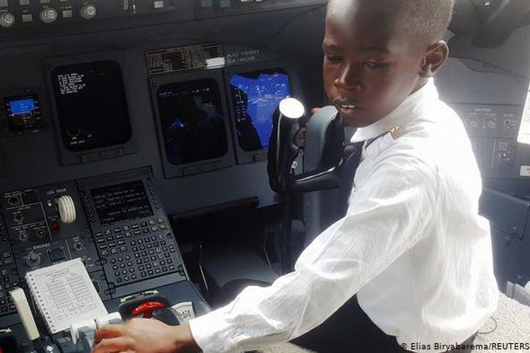 Kapten Graham Shema saat berada di dalam kokpit pesawat Bombardier CRJ900 di Bandara Internasional Entebbe, Uganda.