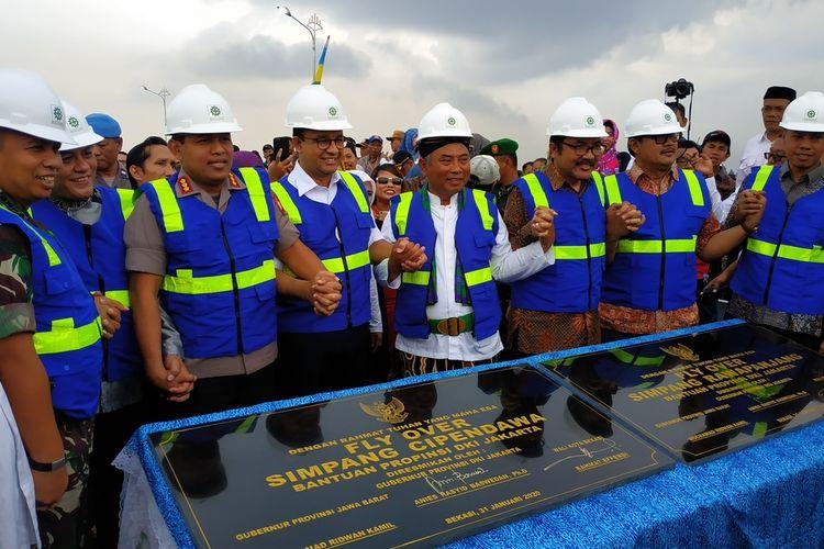 Gubernur DKI Jakarta Anies Baswedan bersama Wali Kota Bekasi dan sejumlah pejabat meresmikan dua flyover hasil dana hibah DKI Jakarta di Kota Bekasi, yakni flyover Rawapanjang dan Cipendawa, Jumat (31/1/2020).