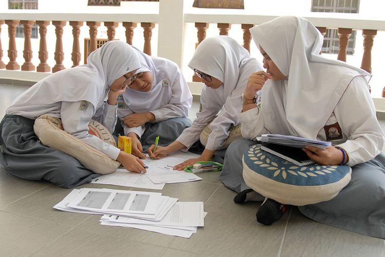 Sejumlah siswa belajar bersama seusai mengikuti Ujian Nasional Berbasis Komputer (UNBK) di Sekolah Indonesia Kuala Lumpur (SIKL), Kuala Lumpur, Malaysia, Senin (1/4/2019). Sejumlah 42 siswa-siswi SMA mengikuti UNBK dengan empat mata pelajaran yakni Bahasa Indonesia, Matematika, Bahasa Ingris dan Satu Mata Ujian Pilihan, selama empat hari.