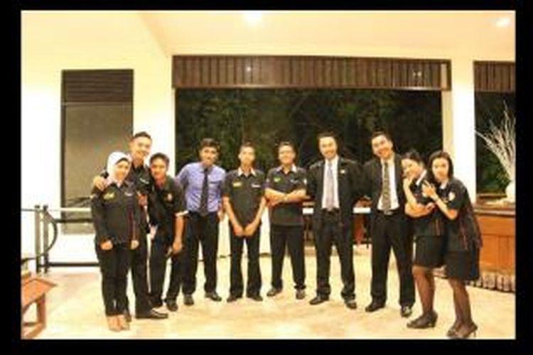Arief Nuryana (empat dari kanan) Kristianto Nurharjanto (tiga dari kanan) bersama para siswa ISP.
