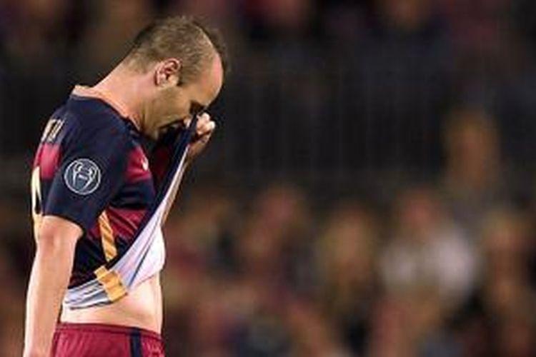 Gelandang Barcelona, Andres Iniesta, mengalami cedera pada laga versus Bayer Leverkusen, Selasa (29/9/2015).