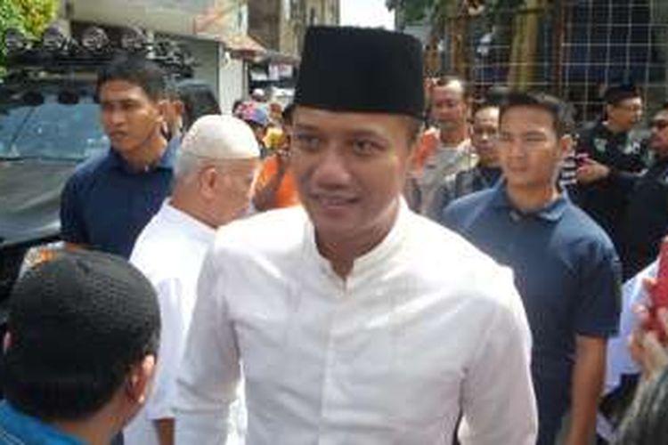 Agus Harimurti Yudhoyono saat mendatangi salah satu masjid di Kebayoran Baru, Jakarta Selatan, Senin (12/12/2016)