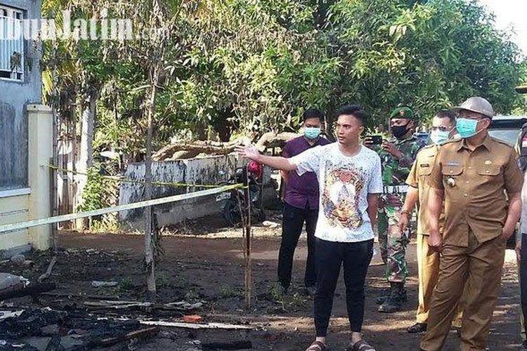 Bupati Situbondo, Dadang Wigiarto dan Kapolres, AKBP Sugandi serta Dandim 0823 saat meninjau lokasi pengrusakan yang dilakukan sekelompok massa persatuan silat di Desa Kayu Putih dan Desa Tribungan, Situbondo.