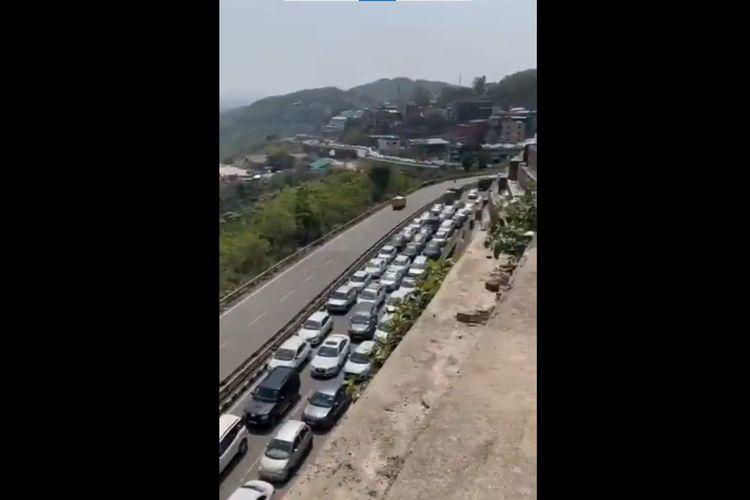 Tangkapan layar dari kemacetan panjang di negara bagian Himachal Pradesh, India, Minggu (13/6/2021), setelah pemerintah setempat mencabut syarat wajib tes PCR Covid-19 bagi para pendatang lokal. Ratusan mobil terlihat antre masuk Himachal Pradesh, menyebabkan kemacetan panjang mengular di perbukitan.