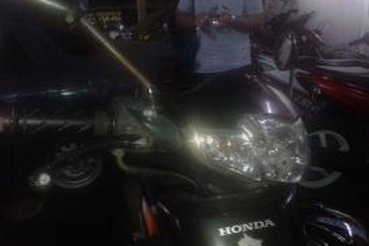 Motor Ahmad Guntur (53) diamankan di Polres Jakarta Selatan setelah mengalami kecelakaan di underpass Trunojoyo, Kebayoran Baru, Jakarta Selatan, Selasa (3/2/2015).