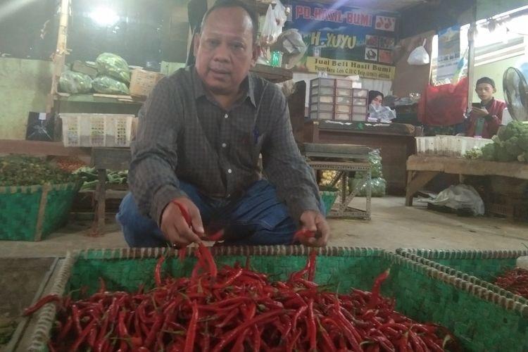 Kepala Disperindag Karawang Ahmad Suroto meninjau kenaikan harga cabai di Pasar Baru Karawang, Senin (20/1/2020).