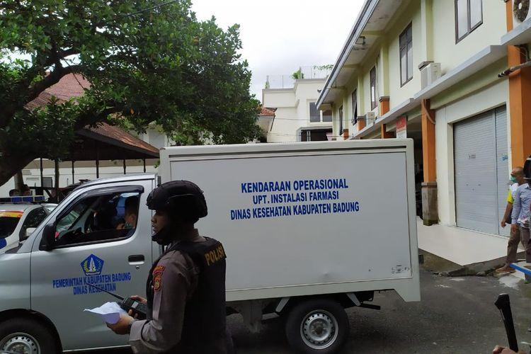Mobil pengangkut vaksin sinovac di Dinkes Bali, Jalan Melati, Denpasar, Bali, Selasa (12/1/2021).