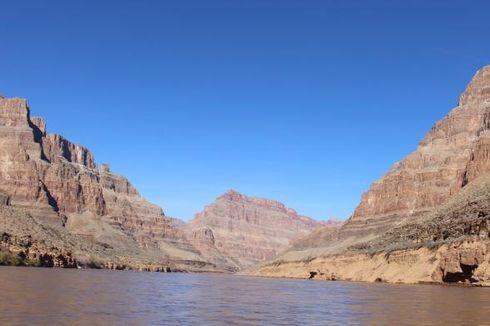 Menikmati Sensasi Jurang Grand Canyon dari Jembatan Kaca