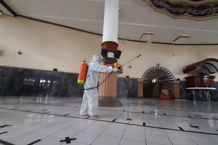 Pemyemprotan disinfektan di Masjid Agung Baitussalam Purwokerto, Kabupaten Banyumas, Jawa Tengah, Senin (12/4/2021).