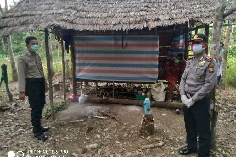 Usai anaknya bayi 4,5 bulan berstatus PDP meninggal dunia, kedua orangtuanya menjalani isolasi mandiri di sebuh pondok di kebun karet, Kecamatan Toho, Kabupaten Mempawah, Kalimantan Barat.