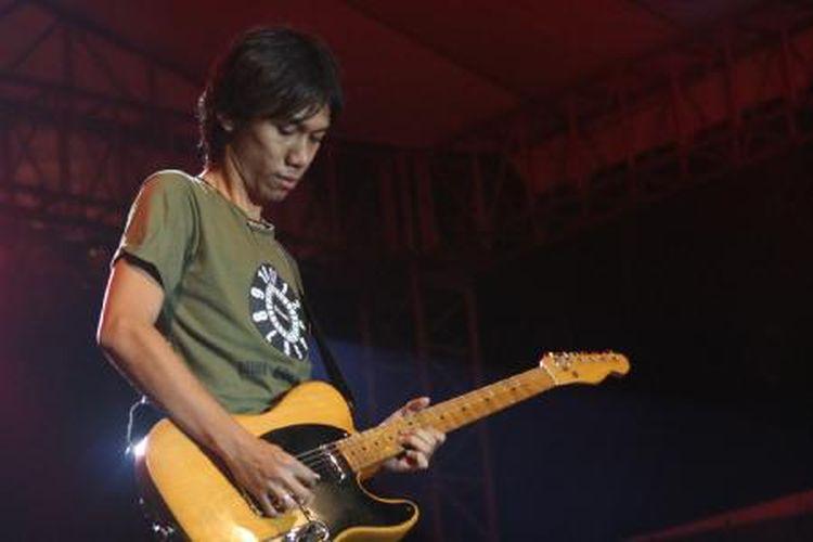 Gitaris Sheila on 7 Erros Candra (2014).