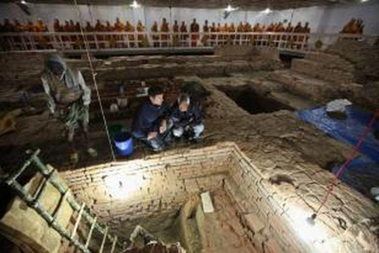 Arkeolog Robin Coningham (kiri) and Kosh Prasad Acharya memimpin ekskavasi di Kuil Maya Devi.