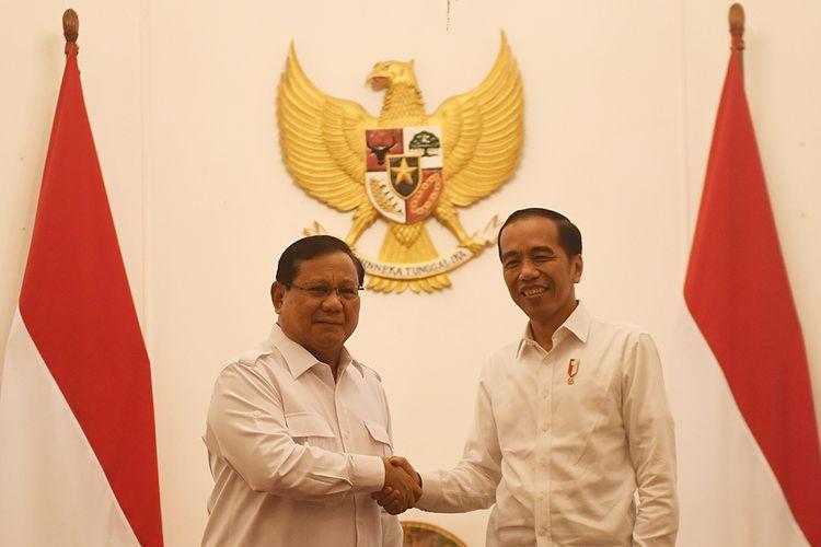 Presiden Joko Widodo (kanan) berjabat tangan dengan Ketua Umum Partai Gerindra Prabowo Subianto (kiri) dalam pertemuan di Istana Merdeka, Jakarta, Jumat (11/10/2019).