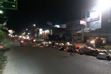 Sampah Menumpuk di Pembatas Jalan Raden Patah, Ciledug