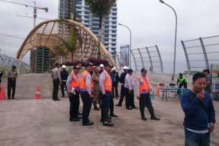 Seorang pekerja tertimbun reruntuhan konstruksi apartemen Grand Kemala Lagoon di Kelurahan Pekayon Jaya, Kecamatan Bekasi Selatan, Kota Bekasi. APartemen ini dibangun oleh pengembang Badan Usaha Milik Negara PT PPRO Tbk sejak 2013.