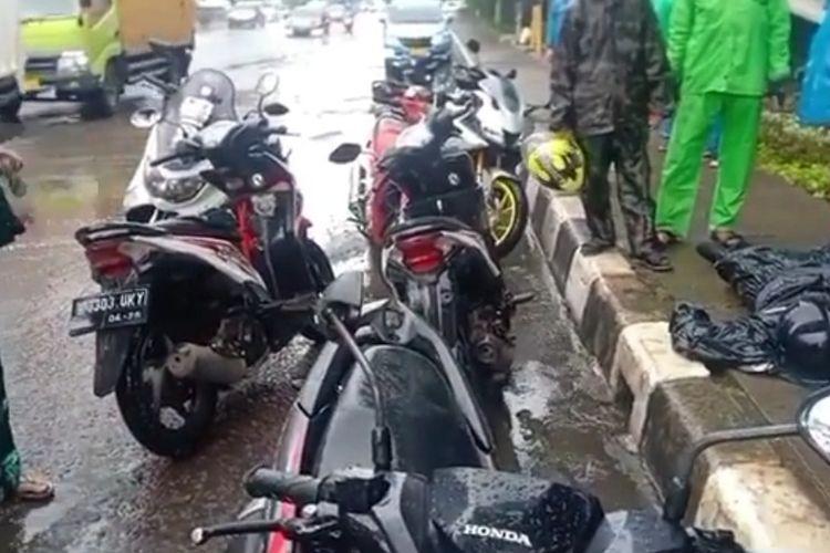 Kecelakaan lalu lintas (laka lantas) melibatkan dua motor di Jalan DI Panjaitan, Jakarta Timur, Kamis (5/8/2021). Satu orang tewas di tempat.