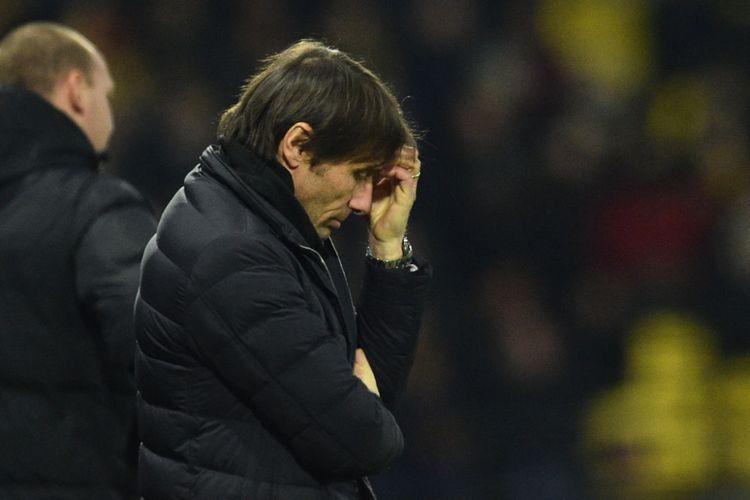 Manajer Chelsea Antonio Conte tampak pusing ketika anak-anak asuhannya tertinggal dari Watford pada pertandingan Premier League di Vicarage Road, Senin (5/2/2018).