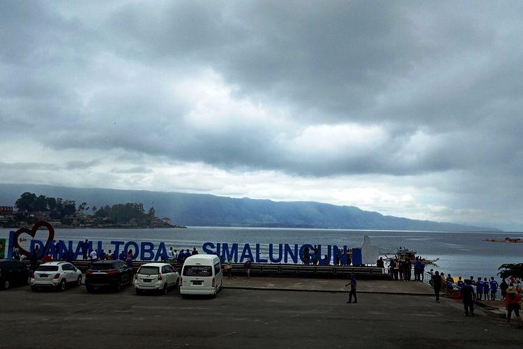 Danau Toba dengan Pulau Samosir di seberangnya, diambil dari salah satu sudut di Kota Parapat, Kabupaten Simalungun, Sumatera Utara