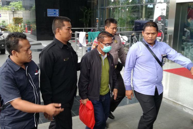 Bupati Mesuji Khamami (menggunakan masker) tiba di Gedung Merah Putih Komisi Pemberantasan Korupsi (KPK), Jakarta, Kamis (24/1/2019). Khamami tiba didampingi petugas KPK sekitar pukul 15.48 WIB.
