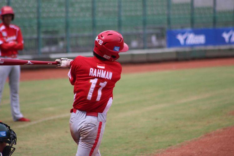 Pemain timnas softball Indonesia, Muhammad Naufal Rahman, beraksi di atas lapangan.