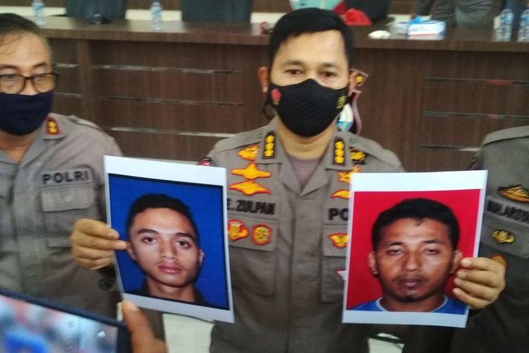 Kabid Humas Polda Sulsel Kombes Pol E Zulpan saat memperlihatkan potret dua terduga teroris yang tewas, MR (kanan) dan SA (kiri) di aula Mapolda Sulsel, Kamis (7/1/2021).