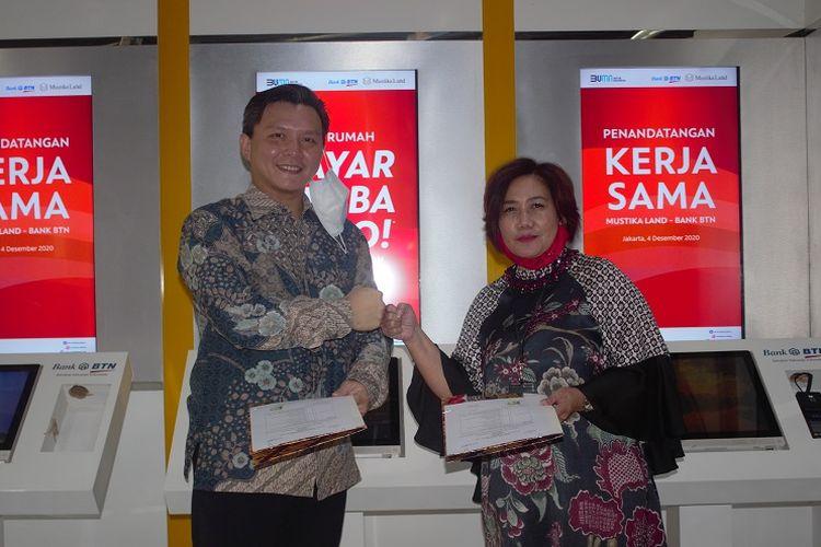 Executive Vice President Nonsubsidized Mortgage & Personal Lending Division (NSLD) BTN Suryanti Agustinar dan Direktur Utama Mustika Land David Sudjana menandatangani perjanjian kerja sama Beli Rumah Biaya Serba Zero.