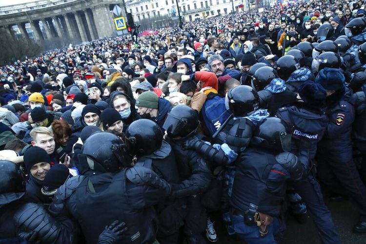 Orang-orang bentrok dengan polisi selama protes terhadap pemenjaraan pemimpin oposisi Alexei Navalny di St. Petersburg, Rusia, Sabtu, (23/1/2021).