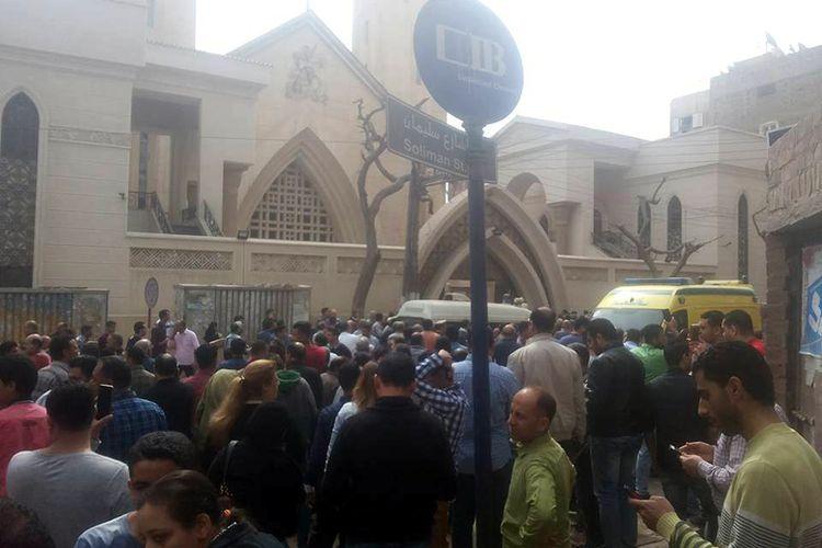 Pemandangan di luar Gereja Koptik, di Kota Tanta, Mesir, Minggu (9/4/2017), setelah ledakan bom di tengah ibadah Minggu Palem, menjelang Paskah.