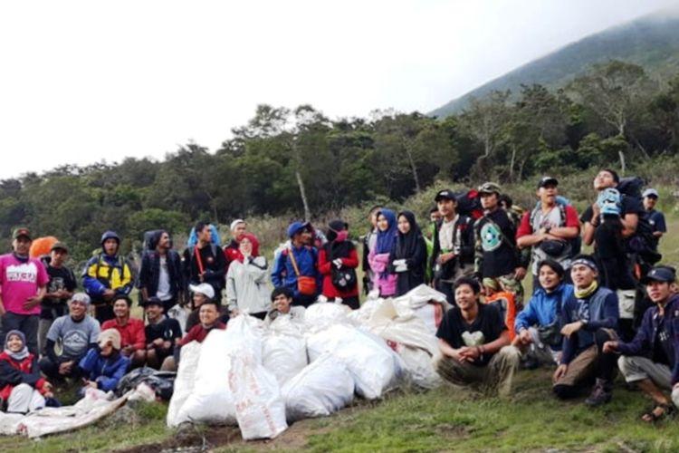 Giat opsih di kawasan Taman Nasional Gunung Gede Pangrango. Sebanyak 1 ton lebih sampah sisa barang bawaan pendaki diturunkan.