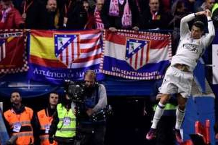 Cristiano Ronaldo melakukan selebrasi setelah mencetak gol ke gawang Atletico Madrid pada laga La Liga di Stadion Vicente Calderon, Sabtu (19/11/2016).
