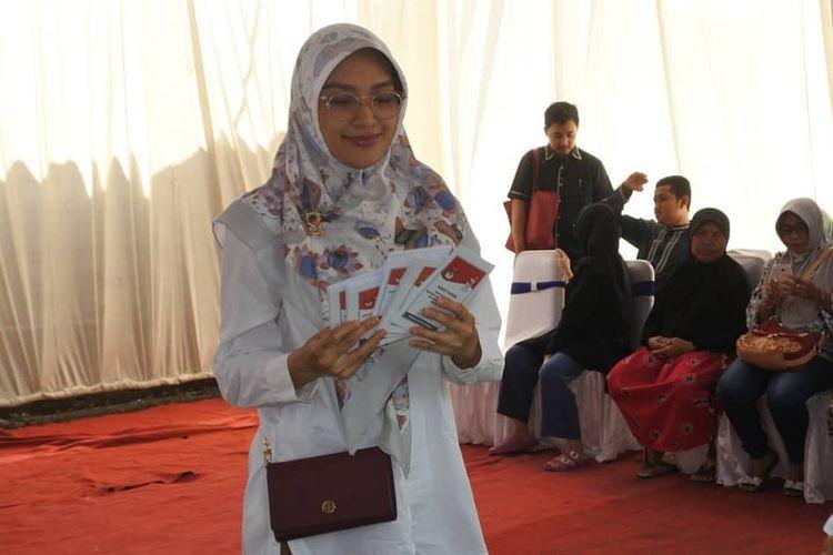 Bupati Probolinggo Tantriana Sari saat nyoblos di TPS dekat rumahnya, rabu (17/4/2019). Di TPS-nya, Jokowi meraih suara terbanyak.