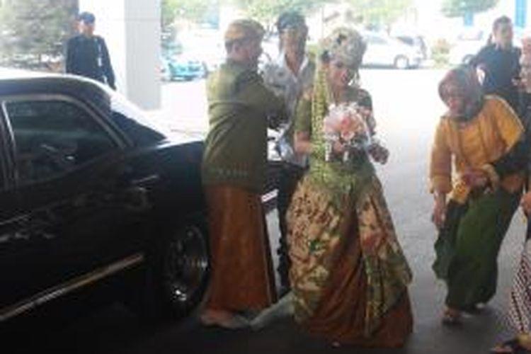 Yuke Sampurna, basis Dewa 19, diabadikan usai mengantar Iwa K dan Wikan ke lokasi resepsi pernikahan dengan mobil antik Chevrolet Impala SS Turbo Jet, Minggu (31/5/2015).