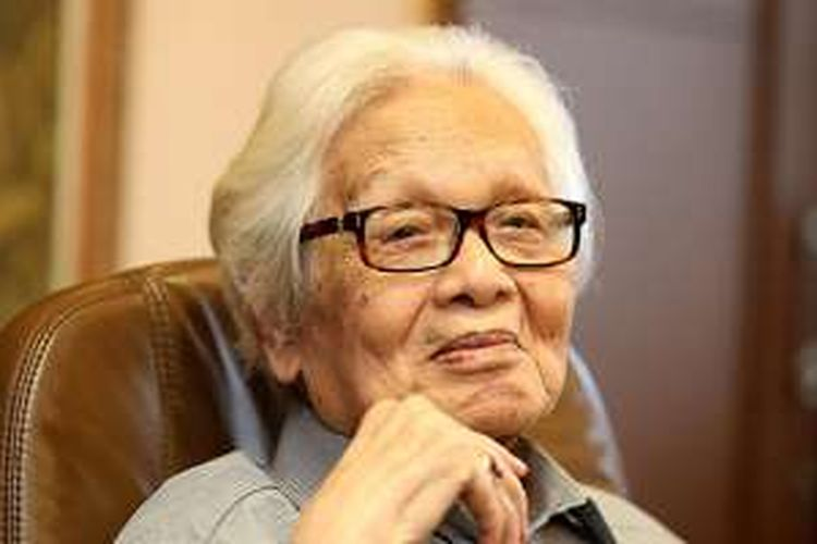 Pendiri Kompas Gramedia Jakob Oetama saat difoto di ruang kerjanya di Gedung Kompas Gramedia, Palmerah Selatan, Jakarta, Selasa (27/9/2016). Jakob Oetama, genap berusia 85 tahun pada hari ini.