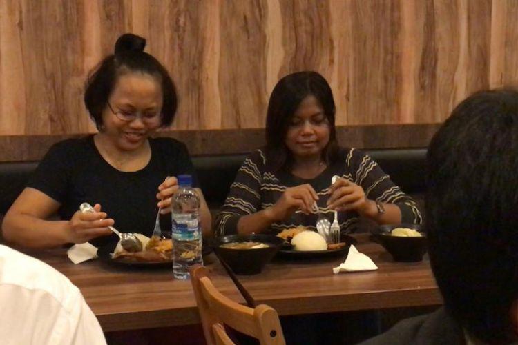 Wiwi Wulandari dan Ida Nurcahyani saat ditraktir Presiden Joko Widodo makan bebek goreng di Lucky Plaza, Singapura, Selasa (14/11/2018).