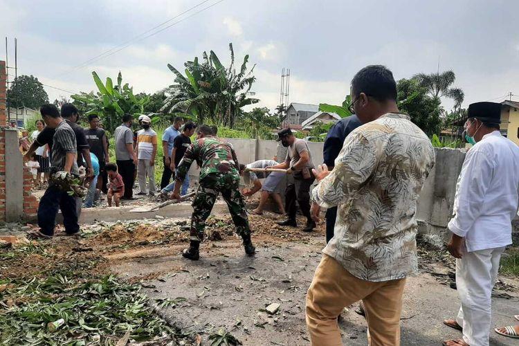 Pembongkaran tembok penutup jalan yang dibuat oleh Nur Sayuti di Kelurahan Perhentian Marpoyan, Kecamatan Marpoyan Damai, Kota Pekanbaru, Riau, Jumat (16/4/2021).