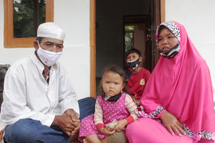 Emun (40) bersama istri dan kedua anaknya duduk di depan rumah barunya di Kampung Pawati, Desa Mekarjaya, Kecamatan Mande, Cianjur yang baru selesai dibangun atas gagasan Polres Cianjur.