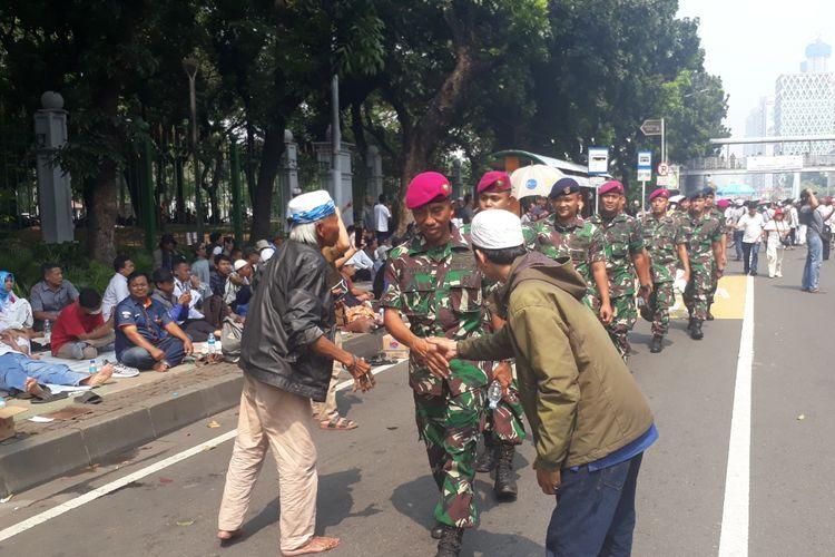 Sorak Sorai Massa Aksi MK Beri Pujian Kepada TNI di Jalan Medan Merdeka Barat, Jakarta Pusat, Kamis (27/6/2019).