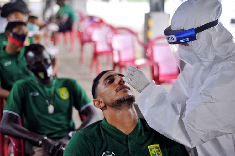 Pemain asing Persebaya Surabaya, Mahmoud Eid menjalani swab tes untuk persiapan lanjutan Liga 1 2020 di area parkir Mess Pemain, Sabtu (26/09/2020) sore.